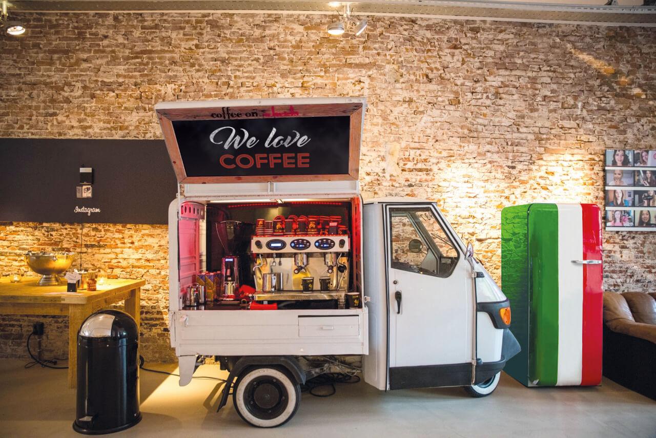 NIEUW de elektrische koffiepiaggio van Coffee on Wheels Den Haag